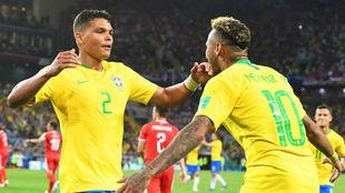 Thiago Silva celebra junto a Neymar el gol que el central le marcó a...
