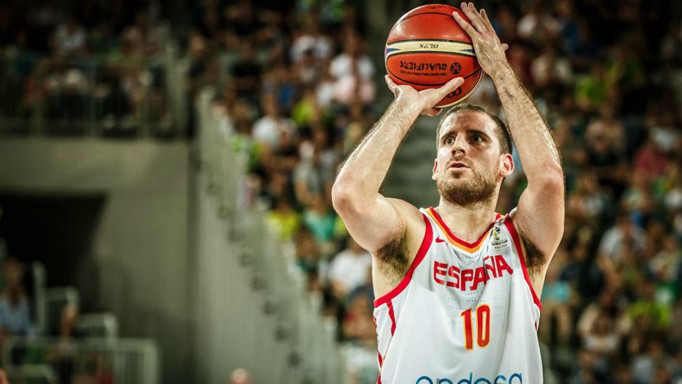Quino Colom lanzando tiros libres con la selección española