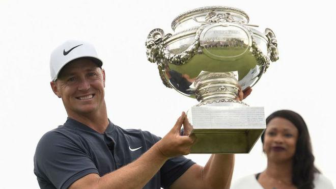 Alex Noren levanta el trofeo de ganador.