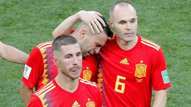 Ramos, Alba e Iniesta lloran sobre el césped.