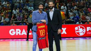 Alex Mumbrú recibió una camiseta conmemorativa de manos de Jorge...