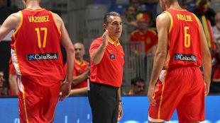 Sergio Scariolo saluda a Alberto Abalde durante el partido ante...