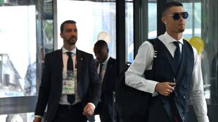 Cristiano Ronaldo, abandonando Rusia junto con sus compañeros
