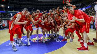 Los jugadores de la selección española celebran el triunfo contra...