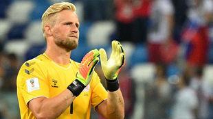Schmeichel saluda a los aficionados daneses tras el partido.