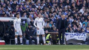 Asensio y Bale, junto a Zidane antes de entrar en el campo.