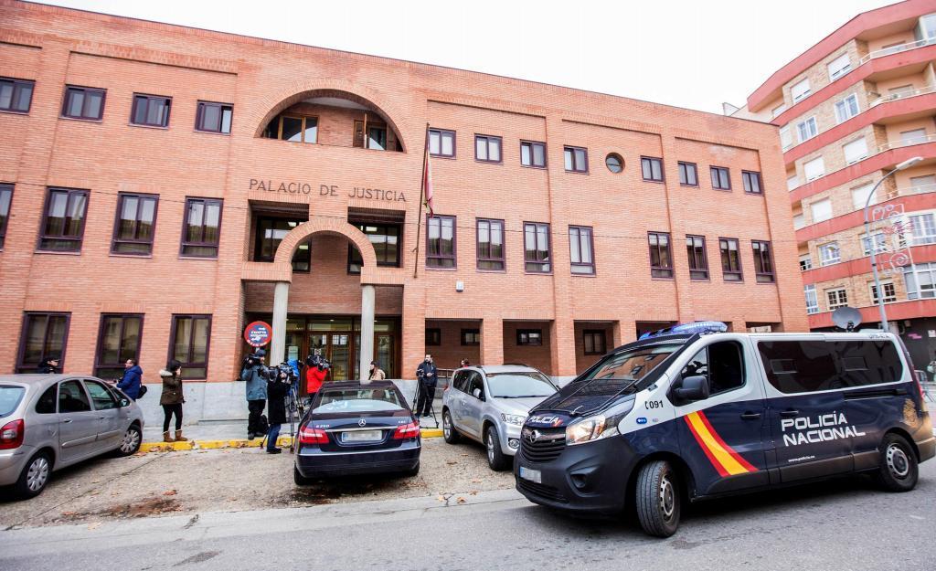 Un furgón de la Policía Nacional y varios periodistas a las puertas...