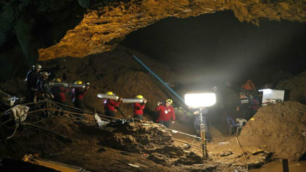 Mienbros del equipo de rescatistas dentro de la cueva