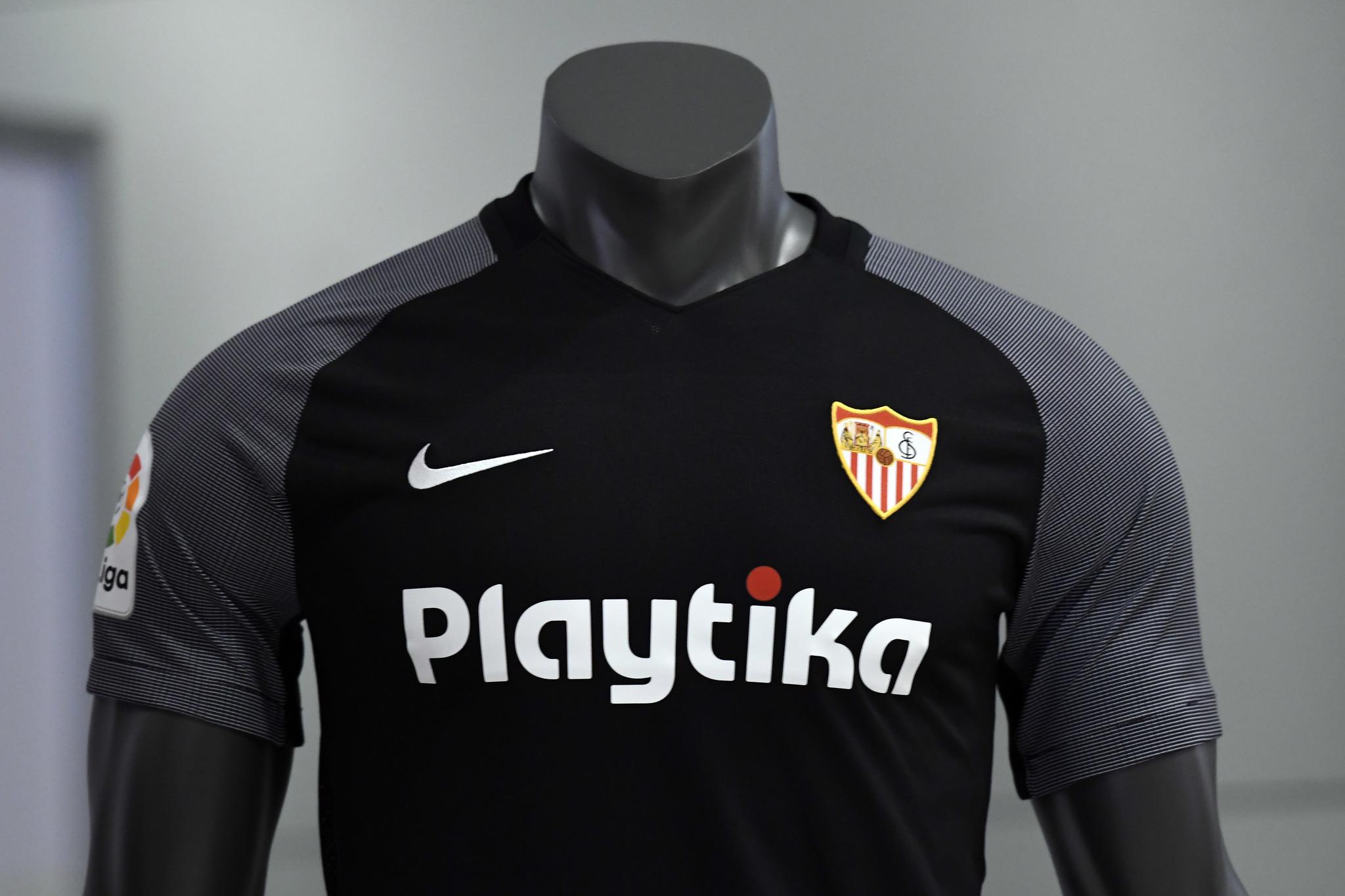 Sevilla FC  El Sevilla ya luce sus equipaciones para el curso 2018 ... f230dd3919309