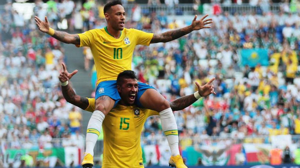 Neymar celebra a hombros de Paulinho su gol a México.