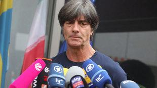 Joachim Löw habla ante los medios.
