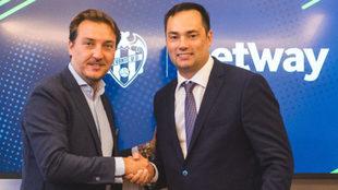 Quico Catalán y Anthony Werkman, CEO de Betway tras firmar el...