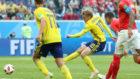 Forsberg lanza a portería para marcar el gol de la victoria