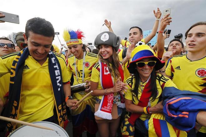 Colombia pone colorido en los aledaños del estadio.