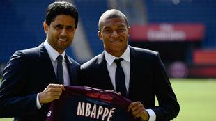 Mbappé y Al Khelaifi en la presentación del delantero como jugador...