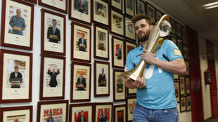 Gadeia, con el trofeo de la UEFA Cup, en la visita del Movistar Inter...