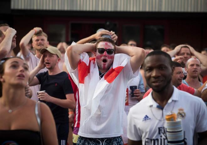 Aficionados ingleses en Mallorca, en el momento del gol de Yerry Mina