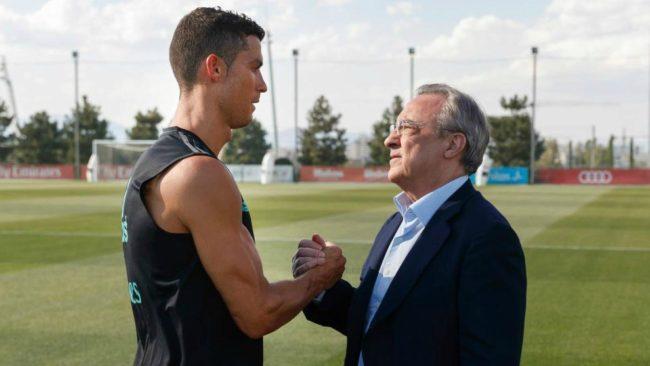 Cristiano Ronaldo saluda a Florentino Pérez durante un entrenamiento.