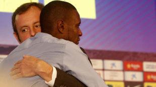 Sandro Rosell y Eric Abidal se abrazan en la rueda de prensa de...