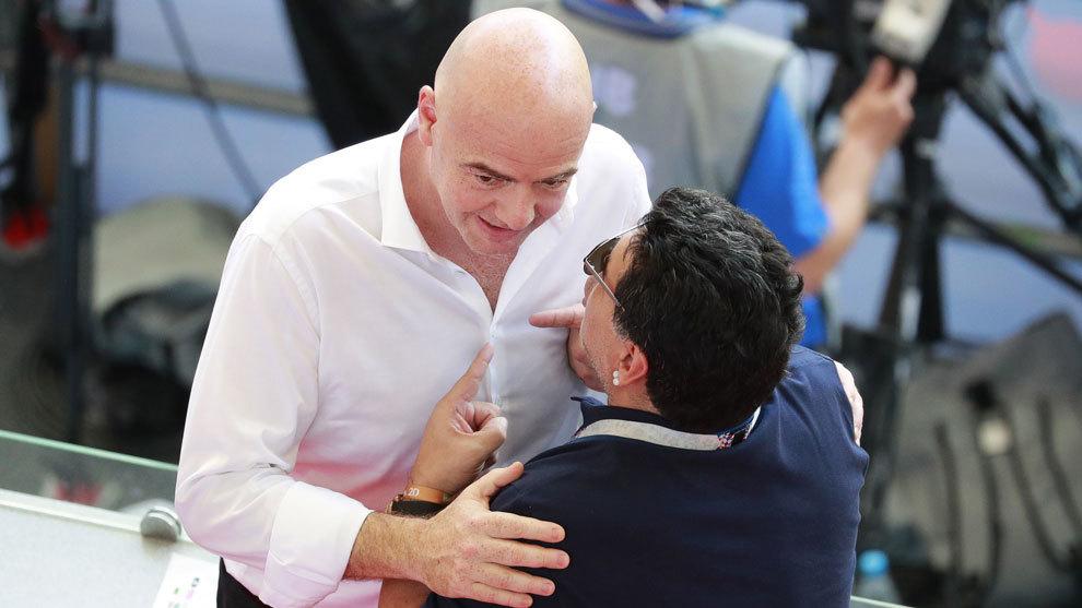 Diego Armando Maradona se mostró indignado por el arbitraje sufrido...