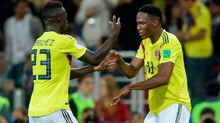 Davinson Sánchez saluda a Yerry Mina después de uno de los goles del...