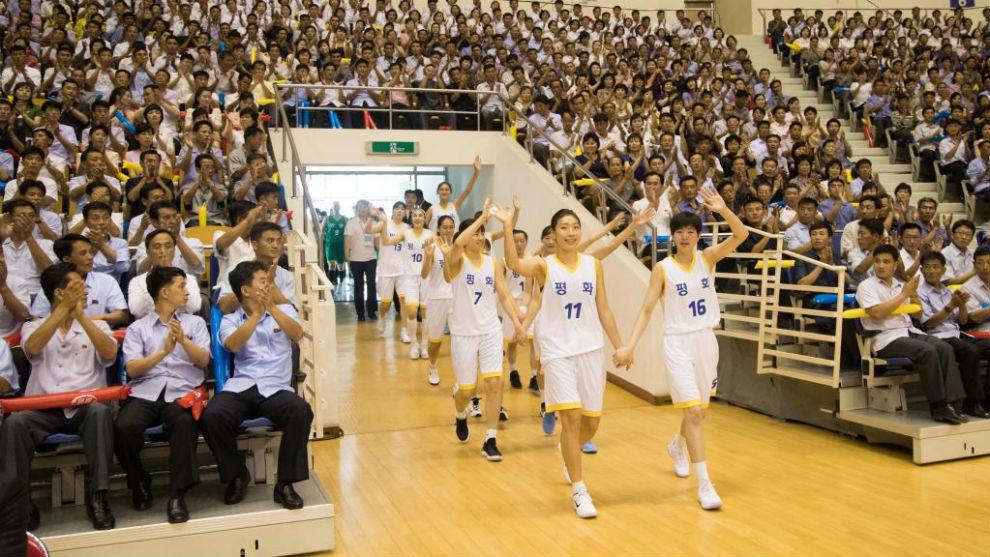 Las jugadoras coreanas saltando a la cancha del pabellón Chung...