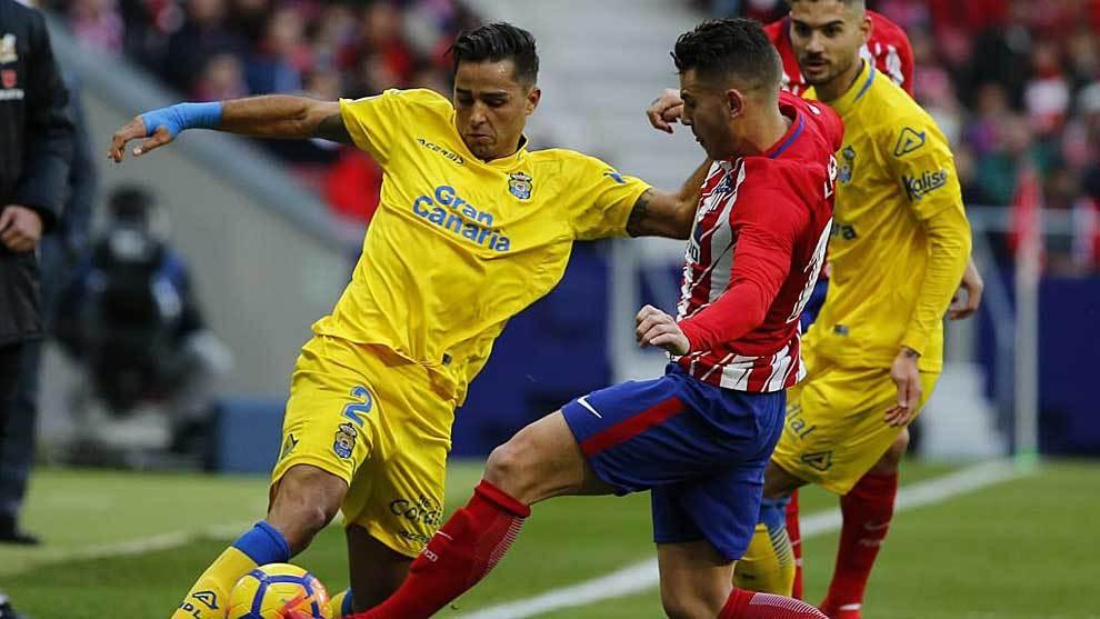 David Simón disputa un balón con Lucas Hernández en la visita de...