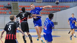 Mihajlo Mitic lanza a portería ante el Vardar