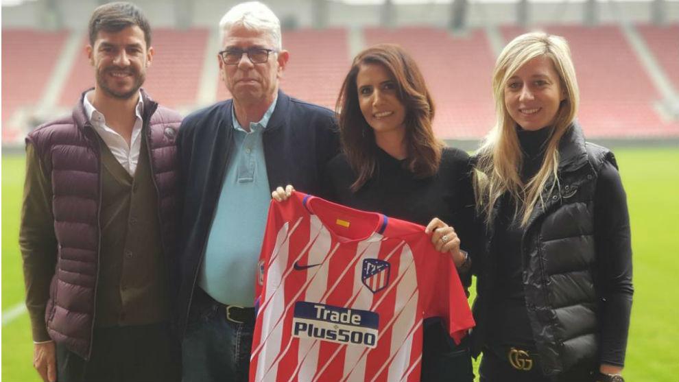 Alona Barkat, con la camiseta y representantes del Atlético.