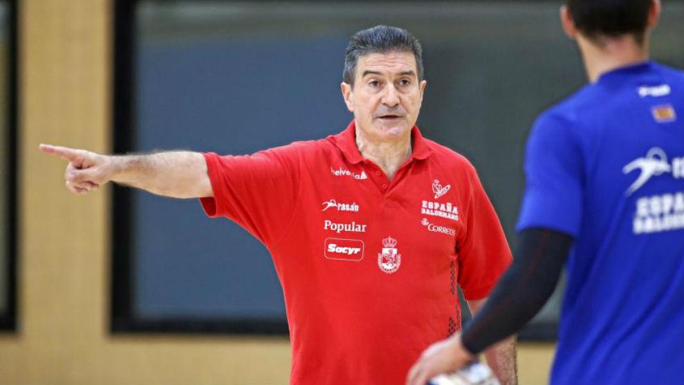 Manolo Cadenas dando órdenes durante un entrenamiento
