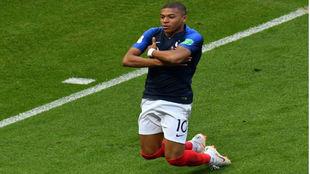 Mbappé celebra uno de los goles que marcó ante Argentina