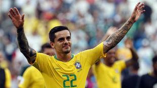 Fágner, saludando tras la victoria de Brasil ante México.