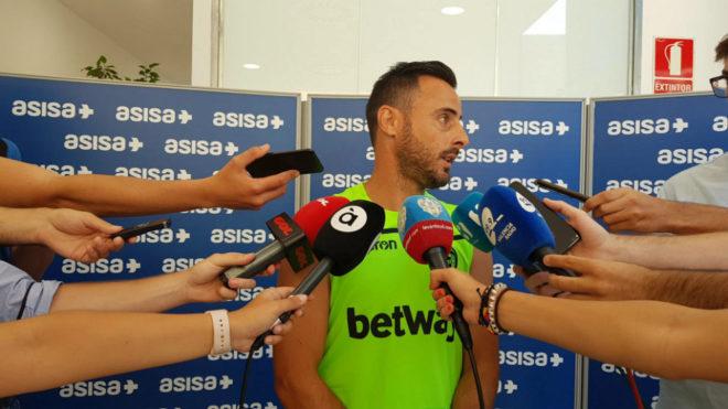 El capitán del Levante, Pedro López, atiende a los medios.