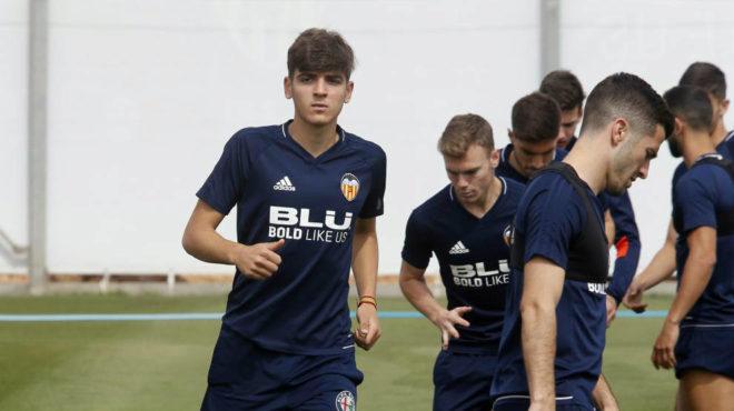 Gonzalo Villar, durante un entrenamiento con el Valencia.