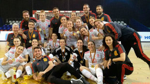 La selección española celebra el triunfo en el Trofeo de la Victoria...