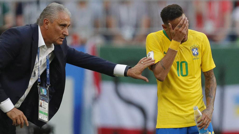 Tite talks to Neymar during the round of 16 match between Brazil and
