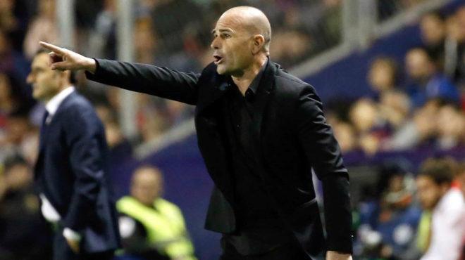 Paco López da instrucciones durante un partido de la pasada...