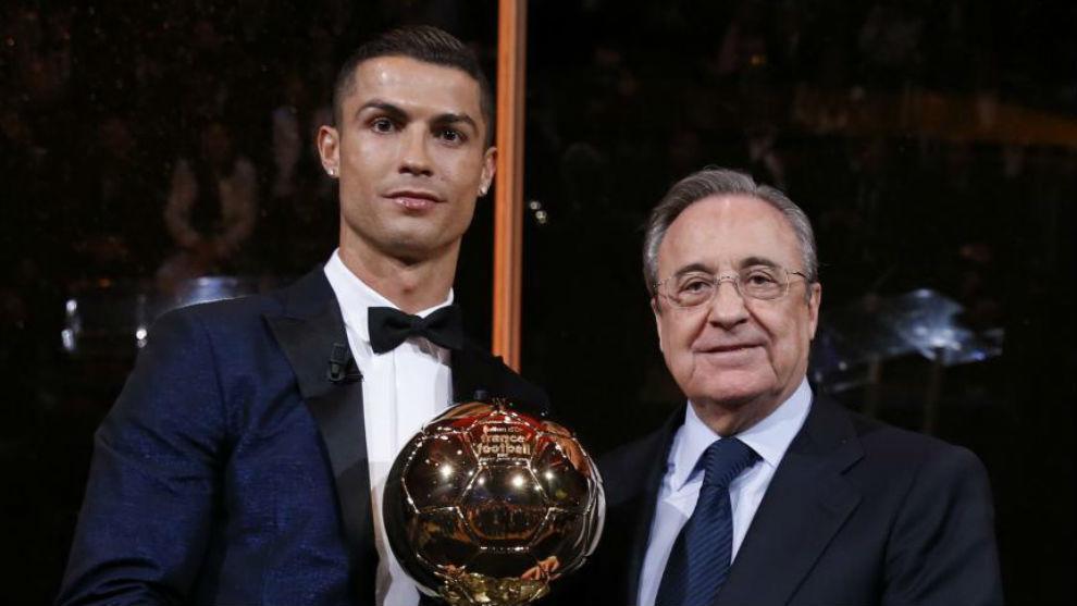 Florentino Pérez junto a Cristiano en la entrega de su último Balón...