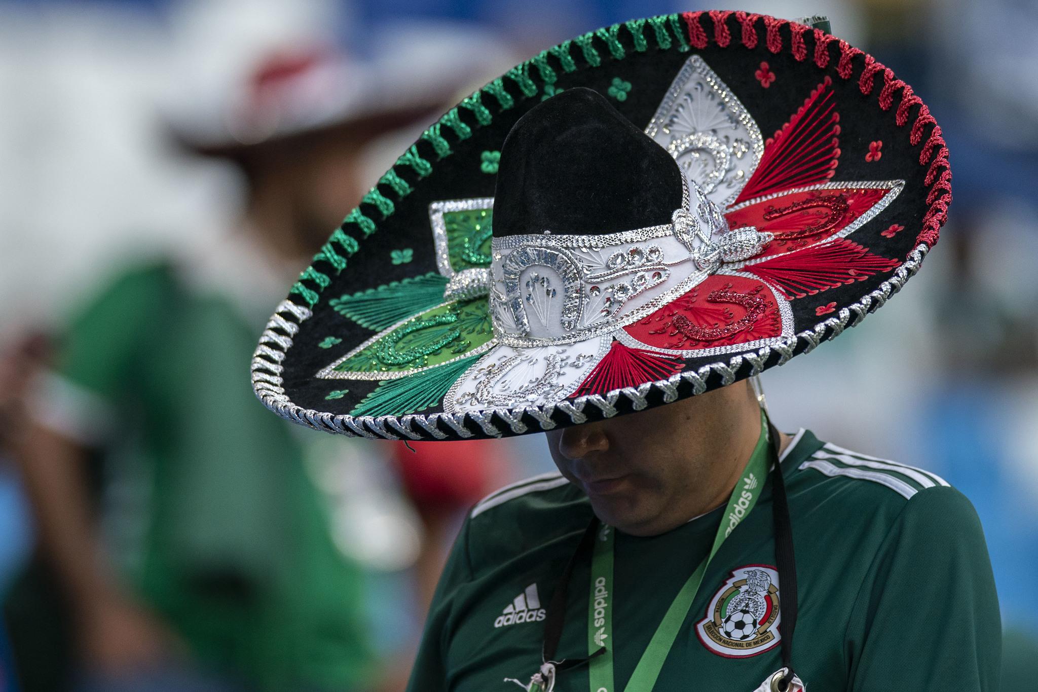 Mundial 2018 Rusia  Aficionados mexicanos dejan sombreros de ... 6f84998f31f