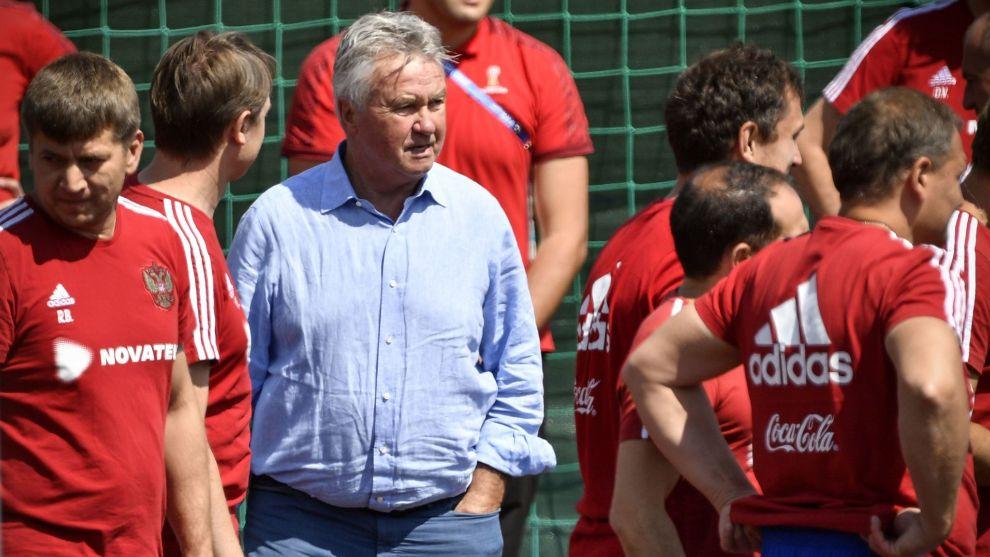 Guss Hiddink durante su visita a la ciudad deportiva en la que entrena...