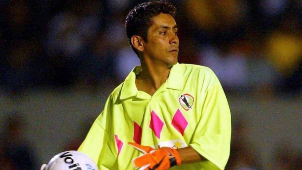 Jorge Campos durante un partido con una de sus peculiares equipaciones