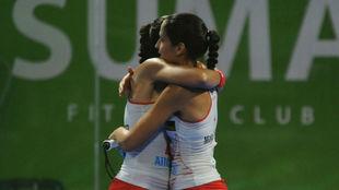 Mapi y Majo Sánchez Alayeto se abrazan tras pasar a semifinales en...