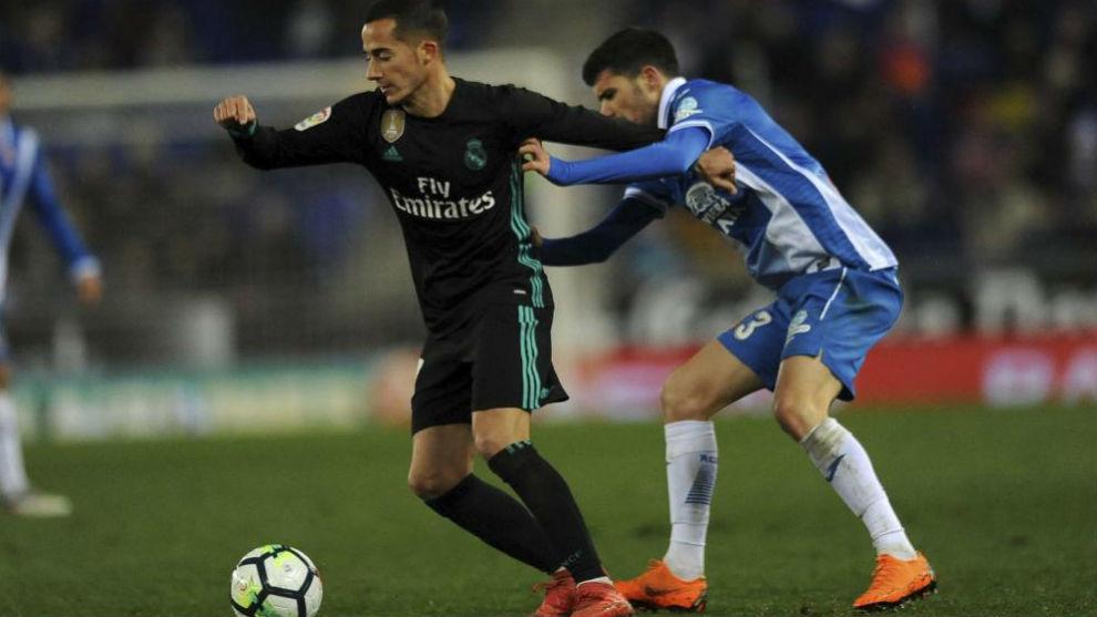 Aarón pugna un balón con Lucas Vázquez