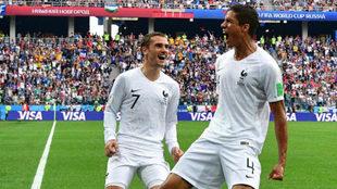 Varane y Griezmann celebran el tanto del central.