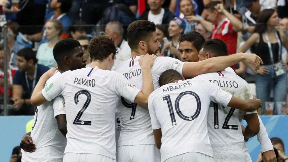 Los jugadores franceses se abrazan en uno de los goles.