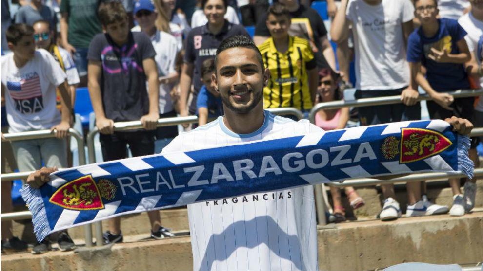 Jeison Medina posa con la bufanda del Real Zaragoza.