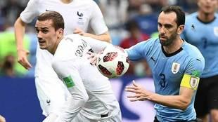 Godín y Griezmann disputan el balón en el partido.