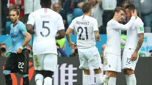 Lucas se acerca a Griezmann y Tolisso para celebrar el gol del 7.