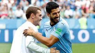 Luis Suárez y Griezmann se saludan antes del partido.
