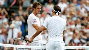 Struff se saluda con Federer en la red